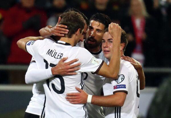 Футболисты сборной Германии Томас Мюллер, Сами Хедира и Марио Гётце (слева направо)