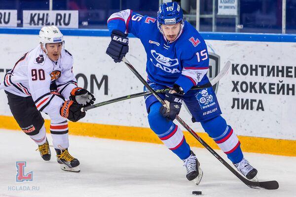 Нападающий Амура Олег Ли и защитник Лады Дмитрий Костромин (справа)
