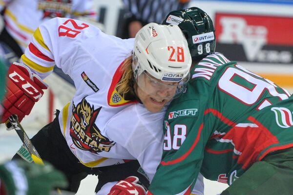 Форвард Куньлуня Миика Лахти (слева) и нападающий Ак Барса Фёдор Малыхин