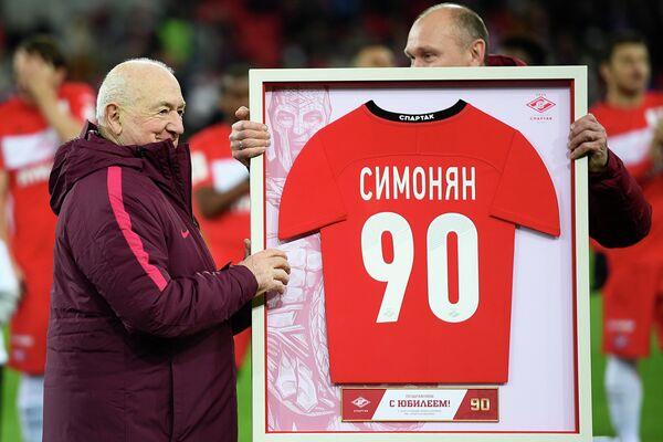 Первый вице-президент Российского футбольного союза (РФС) Никита Симонян принимает поздравления с 90-летием