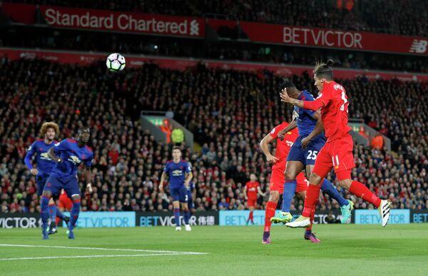 Игровой момент матча чемпионата Англии по футболу между командами Манчестер Юнайтед и Ливерпуль