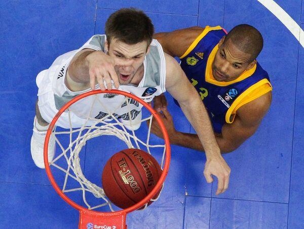 Центровой БК Нижний Новгород Илья Попов (слева) и форвард БК Гран-Канария Эулис Баес