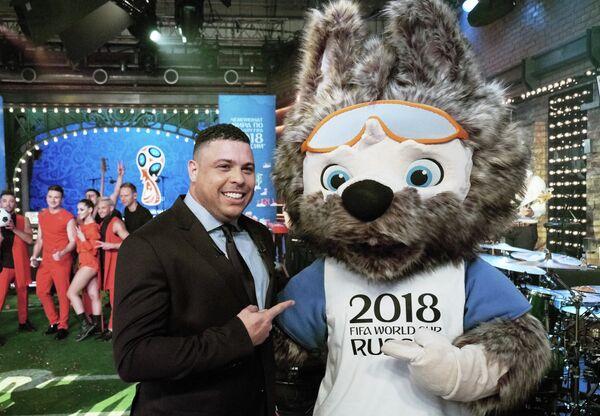 Роналдо и официальный талисман чемпионата мира по футболу 2018 года Волк Забивака