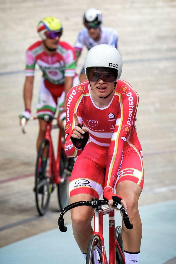 Датский велогонщик Никлас Ларсен после победы в гонке по очкам на чемпионате Европы по велоспорту на треке