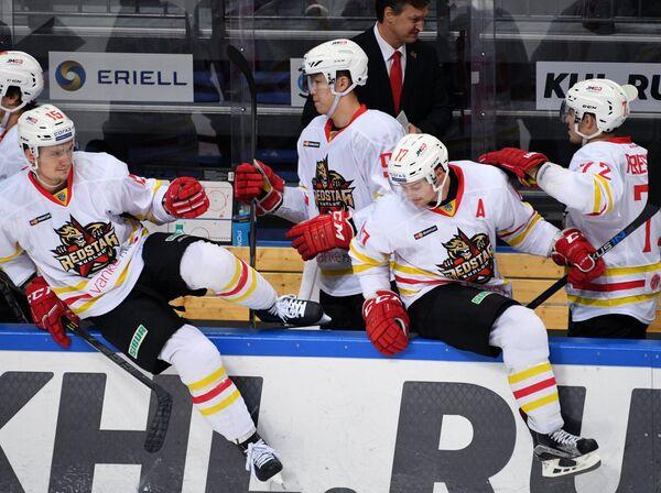 Хоккеисты Куньлуня Александр Микулович и Чад Ро (слева направо на первом плане)