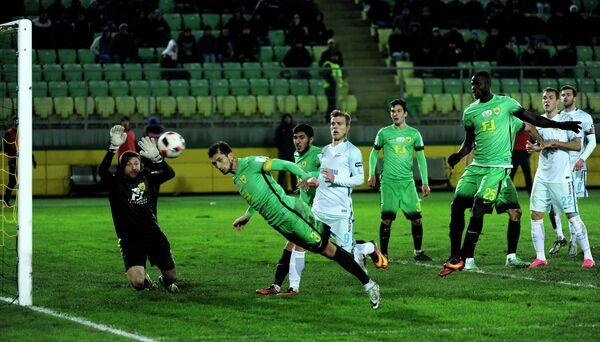 Вратарь Анжи Давид Юрченко и защитник Анжи Али Гаджибеков (слева направо)