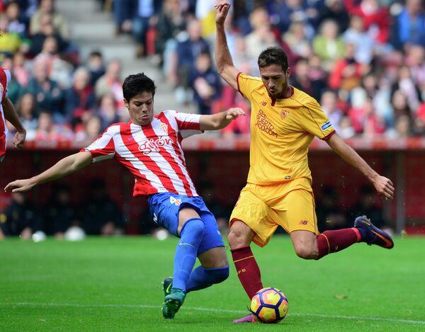 Игровой момент матча 10-го тура чемпионата Испании между хихонским Спортингом и Севильей