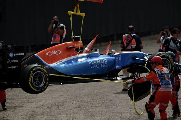Маршалы помогают убрать болид команды Манор Паскаля Верляйна с трассы Гран-при Мексики