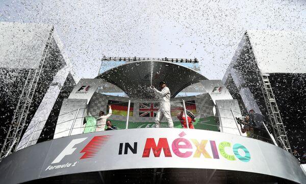 Подиум по итогам гонки Гран-при Мексики: Нико Росберг, Льюис Хэмилтон и Себастьян Феттель (слева направо)