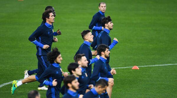 Футболисты Ростова Сесар Навас и Папа Гуйе (слева направо на дальнем плане) во время тренировки