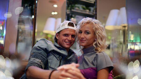 Полузащитник ФК Локомотив Дмитрий Тарасов и его супруга телеведущая Ольга Бузова