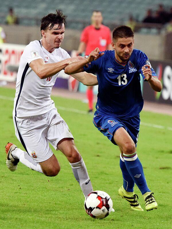 Полузащитник сборной Норвегии по футболу Уле Сельнес (слева)