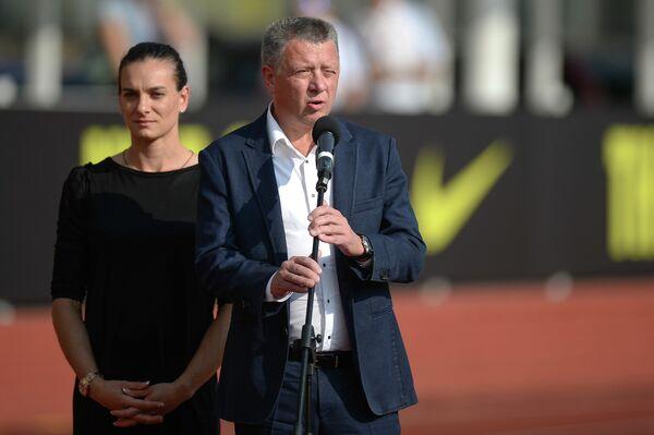 Двукратная олимпийская чемпионка Елена Исинбаева и глава Всероссийской федерации легкой атлетики (ВФЛА) Дмитрий Шляхтин