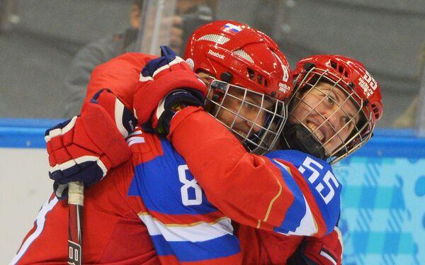 Хоккеистки сборной России Ия Гаврилова (слева) и Галина Скиба