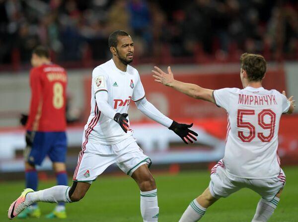 Футболисты Локомотива Майкон (слева) и Алексей Миранчук