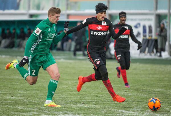 Защитник Томи Александр Жиров (слева) и полузащитник Спартака Лоренсо Мельгарехо