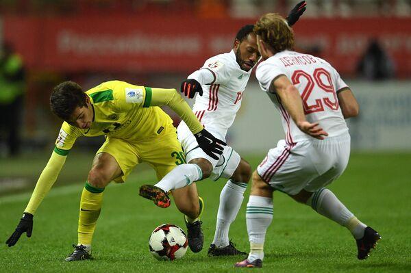 Защитник Анжи Шамиль Гасанов (слева) и футболисты Локомотива Мануэл Фернандеш и Виталий Денисов (слева направо)