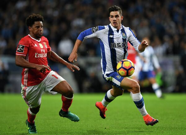 Защитник португальской Бенфики Элизеу и форвард Порту Андре Силва (слева направо)