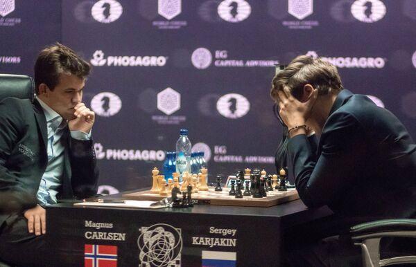 Магнус Карлсен (слева)