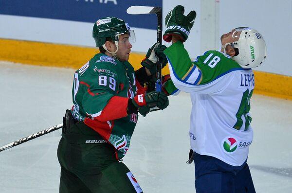 Защитник ХК Салават Юлаев Сами Лепистё (справа) и форвард ХК Ак Барс Артем Лукоянов