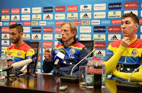 Главный тренер сборной Румынии по футболу Кристоф Даум (в центре)