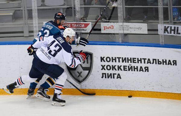 Нападающие ХК Сочи Денис Толпеко (слева) и ХК Металлург Ян Коварж