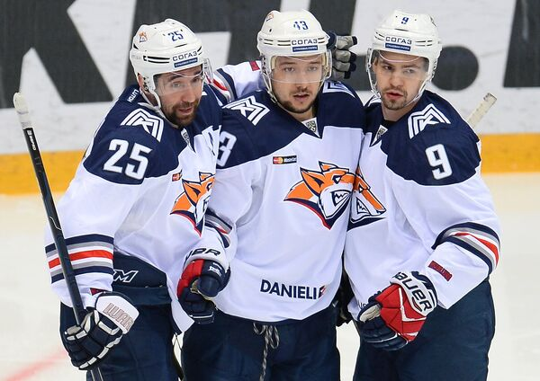 Нападающие ХК Металлург Данис Зарипов, Ян Коварж и защитник Виктор Антипин (слева направо)