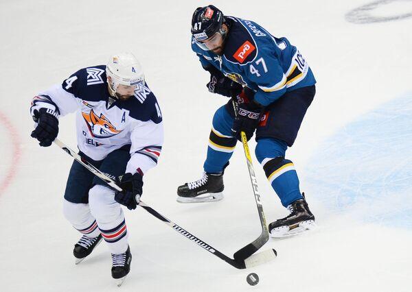 Защитник ХК Металлург Крис Ли (слева) и нападающий ХК Сочи Святослав Гребенщиков