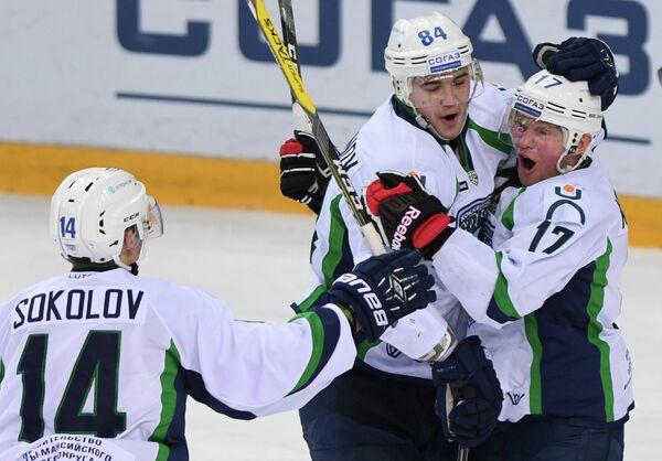 Игроки ХК Югра Константин Соколов, Александр Акмальдинов и Антон Курьянов (слева направо)