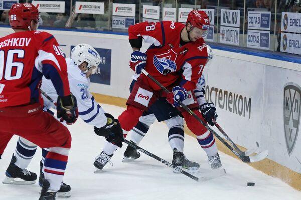 Нападающий ХК Локомотив Александр Кадейкин (справа)