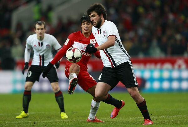 Защитник Амкара Георгий Джикия и полузащитник Спартака Лоренсо Мельгарехо (справа налево)