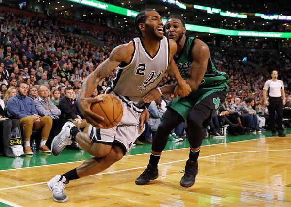 Форварды клубов НБА Сан-Антонио Сперс Кавай Леонард и Бостон Селтикс Джей Краудер (слева направо)