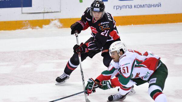 Нападающий Авангарда Валентин Пьянов (слева) и форвард Ак Барса Джастин Азеведу