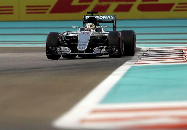 Пилот Мерседеса Льюис Хэмилтон во время квалификации Гран-при Абу-Даби