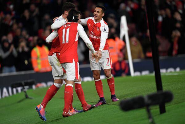 Футболисты Арсенала радуются забитому мячу