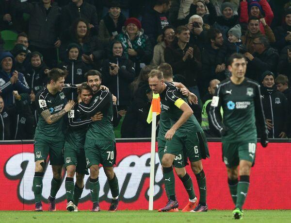 Футболисты Краснодара радуются забитому мячу