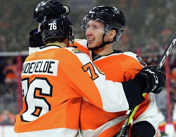 Хоккеисты Филадельфии Крис Вандевелде и Роман Любимов (справа)