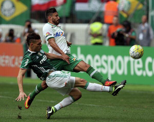 Защитник бразильского футбольного клуба Шапекоэнсе Алан Рушел (справа)