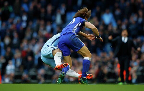 Фол нападающего Манчестер Сити Серхио Агуэро на защитнике Челси Давиде Луисе (справа)