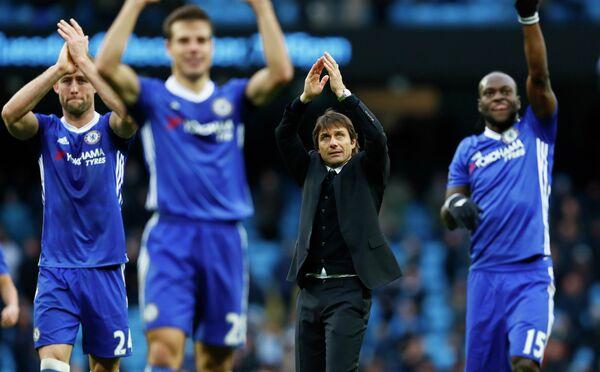 Главный тренер Челси Антонио Конте (в центре) вместе с футболистами команды благодарят болельщиков после победы над Манчестер Сити
