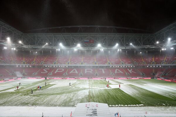 Уборка снега на стадионе Открытие Арена перед матчем между ФК Спартак и ФК Рубин