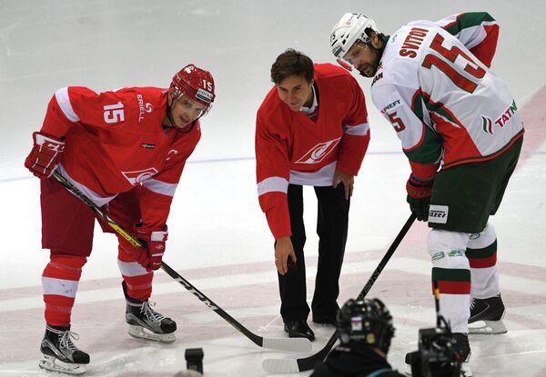 Нападающий Спартака Максим Потапов, шахматист Сергей Карякин и форвард Ак Барса Александр Свитов (слева направо)