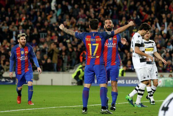 Нападающий Барселоны Пако Алькасер (второй слева) и полузащитник команды Арда Туран (третий слева)