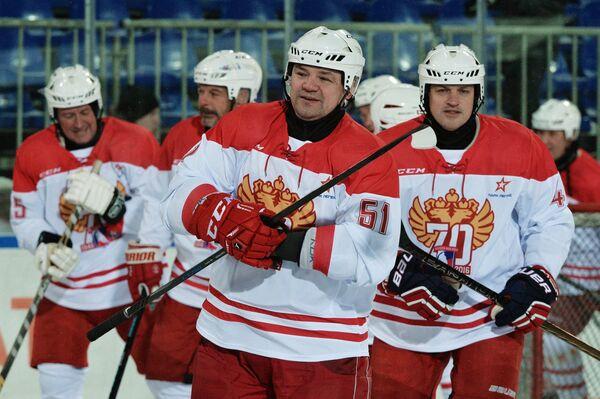 Андрей Коваленко (в центре)