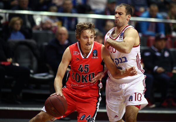 Форвард БК Локомотив-Кубань Райан Брокхофф (слева) и защитник БК Хапоэль Йотам Гальперин