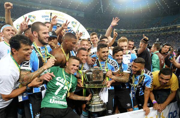 Футболисты Гремио после победы в Кубке Бразилии
