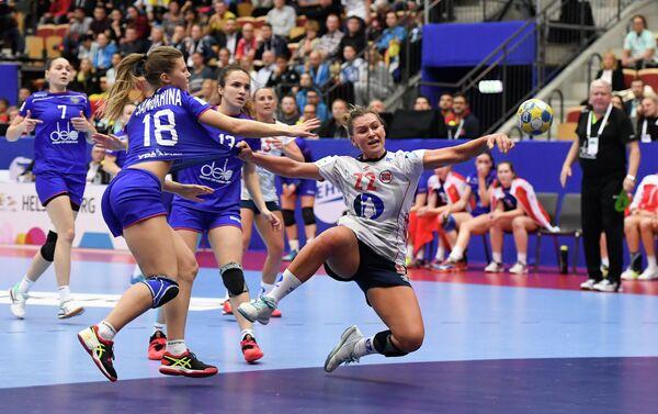 Игровой момент матча женского ЧЕ по гандболу между командами России и Норвегии
