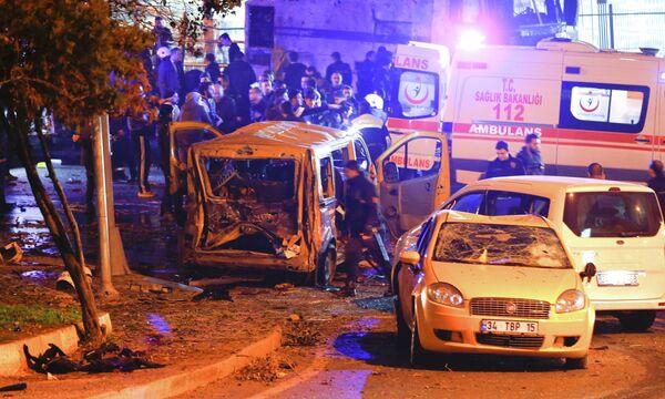 Последствия взрыва около стадиона турецкого клуба Бешикташ