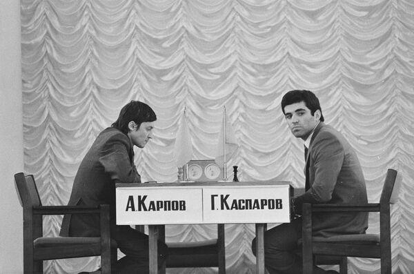 Одно из легендарных шахматных противостояний - матч между советскими гроссмейстерами Анатолием Карповым (слева) и Гарри Каспаровым