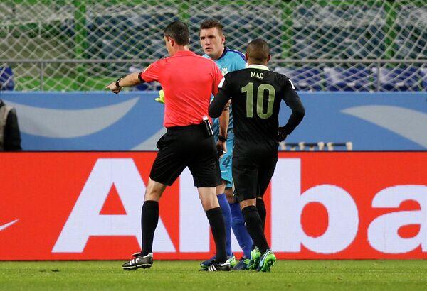 Арбитр Виктор Кашшаи (слева) назначает пенальти после просмотра видеоповтора в матче Касима Антлерс - Атлетико Насьональ